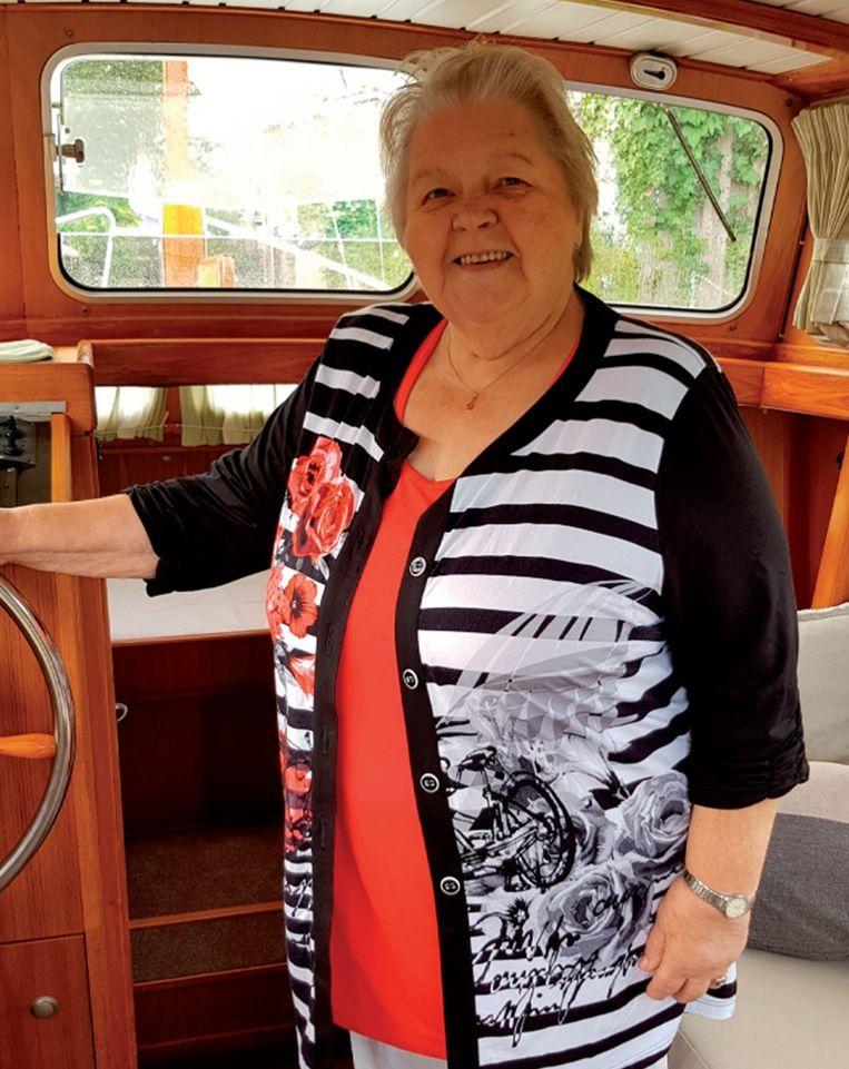 Mien de Rover op haar boot, De Kooike. Beeld