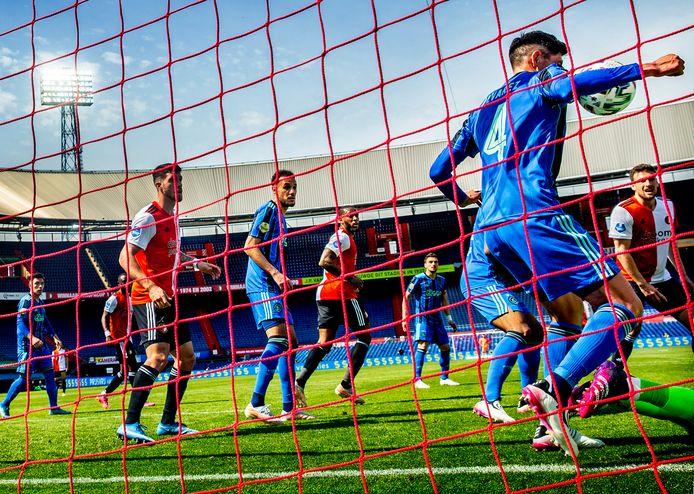 Edson Álvarez maakt hands en krijgt rood. De Mexicaan is daardoor geschorst voor het duel met VVV.
