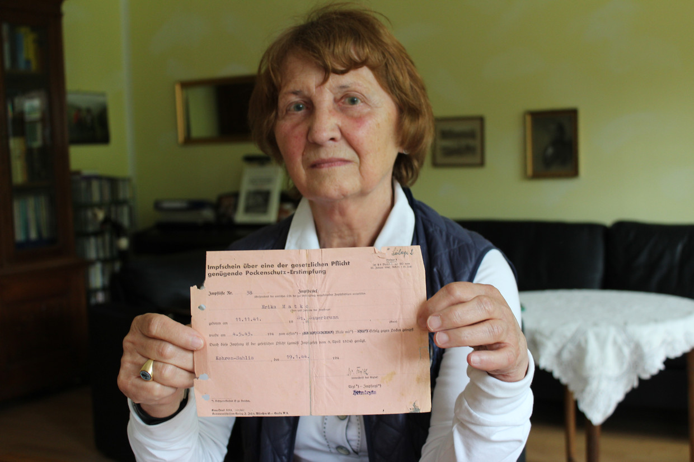 Ingrid von Oelhafen toont het inentingsbewijs dat haar op weg zette naar haar eigen familiegeschiedenis. Beeld Andy Boag
