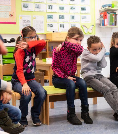 Lesje coronahygiëne op school: 'Pak een zakdoekje als je denkt dat er snotjes meekomen'