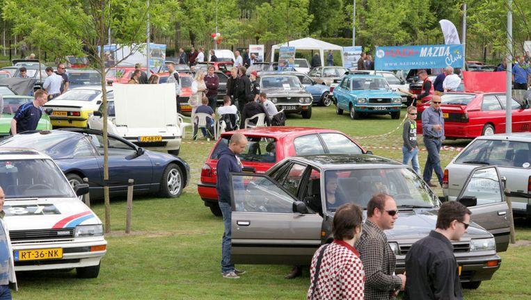 Autogekkies kunnen naar hartelust autospotten op het event. Beeld Youngtimers Event
