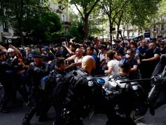 Tienduizenden Fransen de straat op tegen vaccinatie en uitbreiding coronapas, waterkanon en traangas ingezet bij rellen