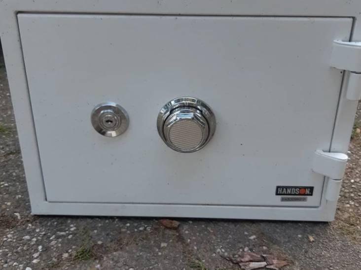 Wat zit er in deze kluis? Politie vindt kastje bij inval hennepkwekerij in Someren