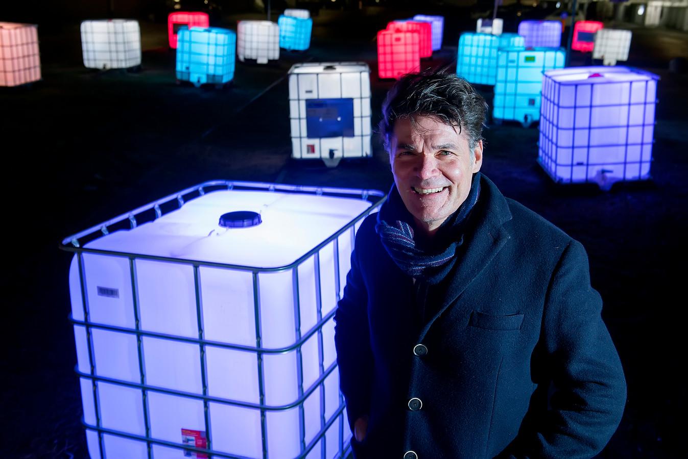 Burgemeester Paul Depla van Breda bij het lichtkunstwerk aan de Speelhuislaan.