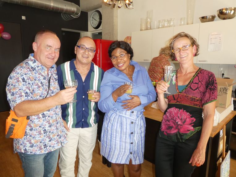 Rob Aartsen, partner van Gabriel Zavala (bezoeker/keramiekkunstenaar), Vida Adofo (bezoeker/mozaïekkunstenaar) Francine Bielders (ambulant ondersteunend). Beeld Hans van der Beek