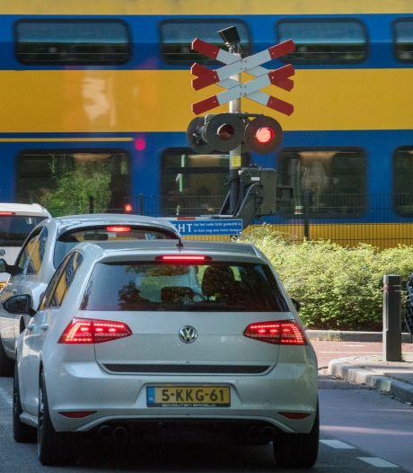 Treinen blijven dwars door Ermelo rijden; één van de spoorwegovergangen gaat dicht voor auto's