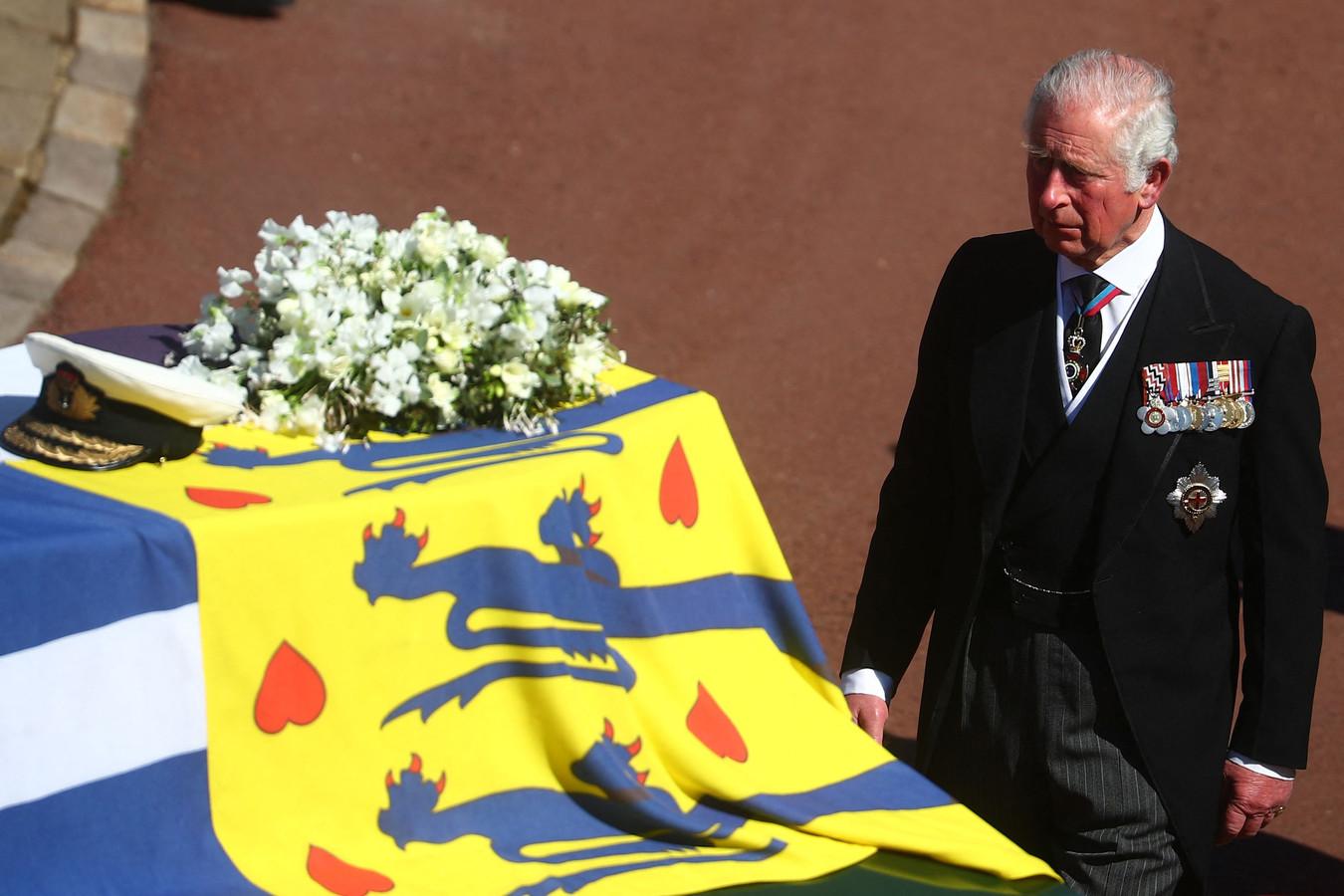 Charles groet de kist van zijn vader, die hij in een statement na diens dood 'my dear papa' noemde.