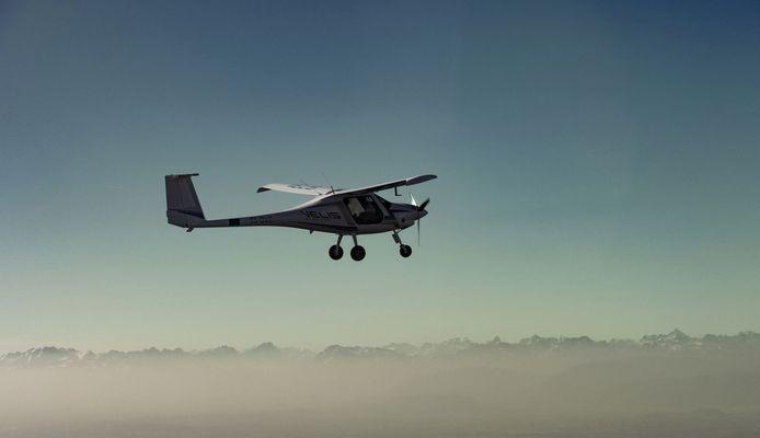 Een tweepersoons elektrisch vliegtuigje, waarvan er nu een al op Rotterdam The Hague Airport staat voor testvluchten. Over vijf jaar moeten dergelijk toestellen wel een slagje groter zijn.