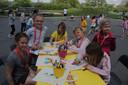 Dit groepje maakt creatieve boodschappentasjes op de buitenspeeldag in Diksmuide