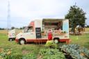 Vincent voor de foodtruck op zijn veld in Lier.