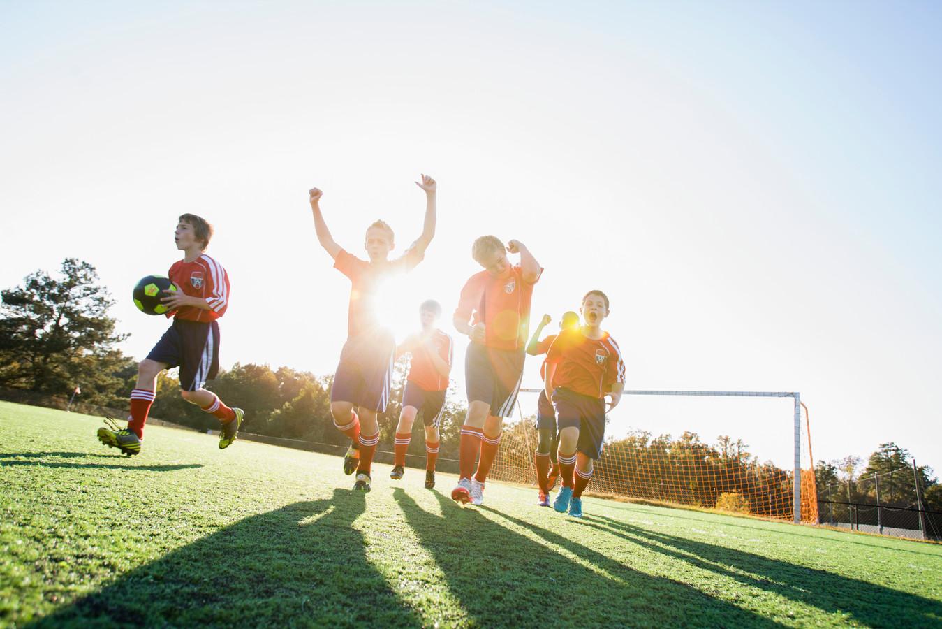Laat de jonge kinderen in hun eigen sociale omgeving, zo vinden de clubs.