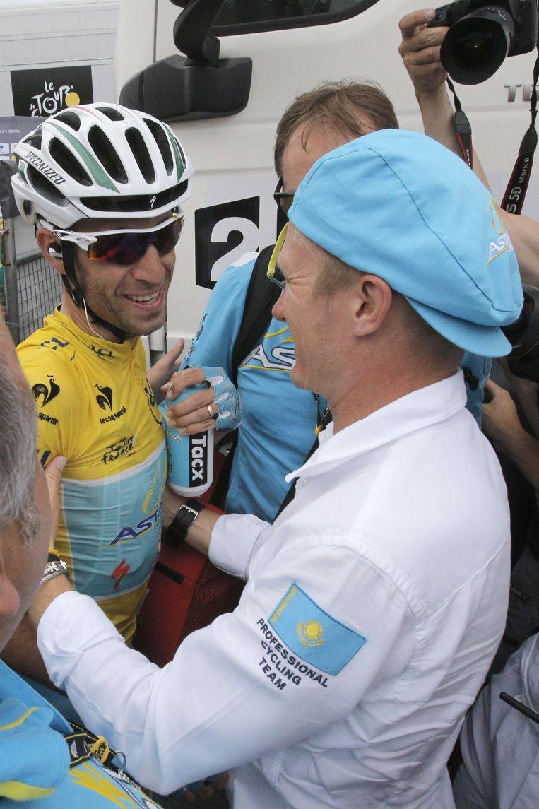Nibali krijgt felicitaties van zijn baas Vinokourouv Beeld AP