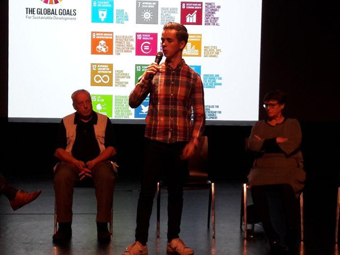 Ramon van Esch spreekt op een avond over de Global Goals in Oisterwijk. Links Frans Kapteijns (scheidend voorzitter B-team). Rechts Nelleke van Wijk (voorzitter Stichting Oisterwijk Centraal).