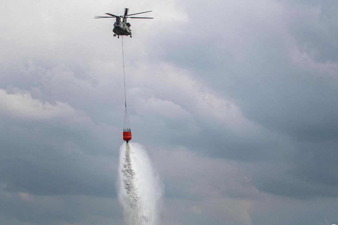De krijgsmacht stuurt een Chinook met een enorme waterzak naar Albanië om daar te helpen met het blussen van bosbranden.