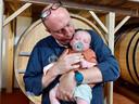 Nicolas Christiaens en mama Katrien Sampers van Brouwerij Deca in Woesten werden op 23 april de trotse ouders van de tweeling Georges Arthur (foto) en Marius. Het is de 6de generatie uit de brouwersfamilie Christiaens die de naam Georges draagt.