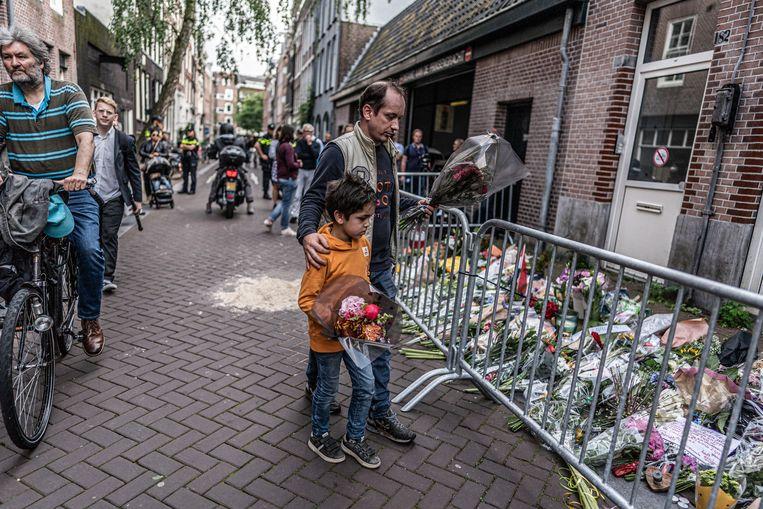 Bloemen op de plaats delict waar Peter R de Vries is neergeschoten.  Beeld Joris van Gennip