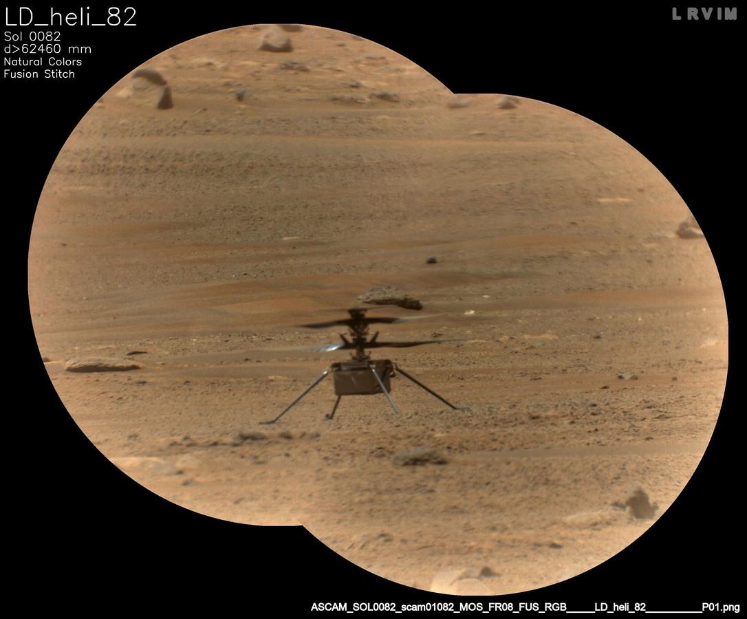 Marshelikopter Ingenuity bekeken door de SuperCam aan boord van Marsrover Perseverance.