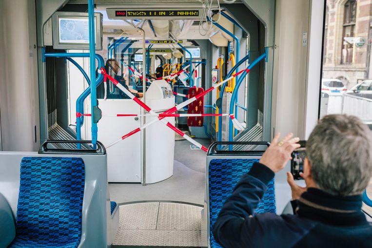 Tram 2 van CS naar Nieuw Sloten is zo goed als leeg. Beeld Marc Driessen