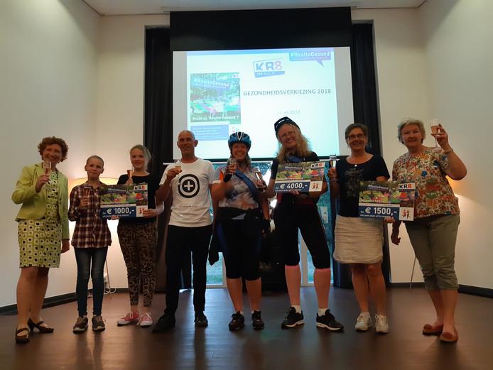 De prijswinnaars van de gezondheidsverkiezing in Raalte. Fanny Beishuizen staat derde van rechts.