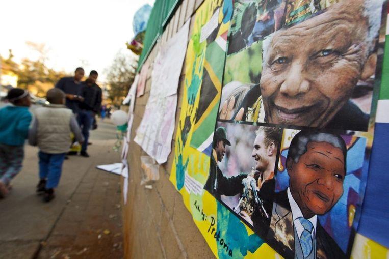 Beterschapswensen voor Nelson Mandela bij de ingang van het Mediclinic-hartziekenhuis in Pretoria, waar hij is opgenomen. Beeld epa