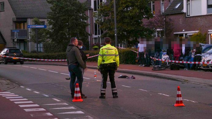Het ongeluk trok een hoop aandacht van jongeren in de buurt.