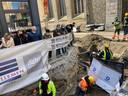 Er komt nu al veel volk kijken naar de bouwput met de vondsten, maar de archeologen roepen op om er geen uitstap van te maken.