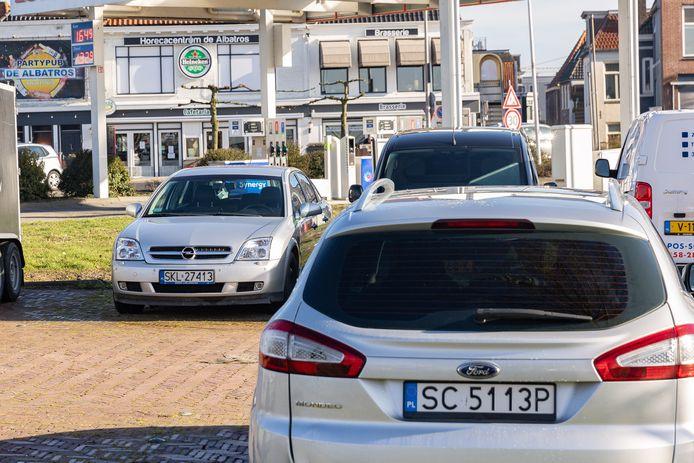 Door de vele arbeidsmigranten staan de parkeerplaatsen in onder meer Zwartsluis vol auto's met een buitenlands kenteken.