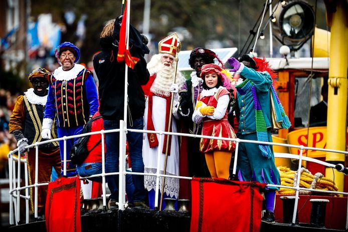 Sinterklaas en zijn Pieten kwamen afgelopen jaar met de Pakjesboot 12 aan in de haven van Dokkum.