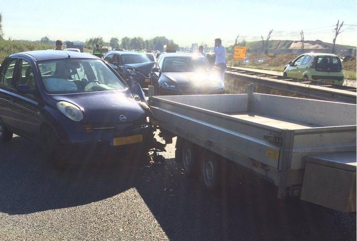 De A15 richting Nijmegen is dicht na een botsing met zes auto's.