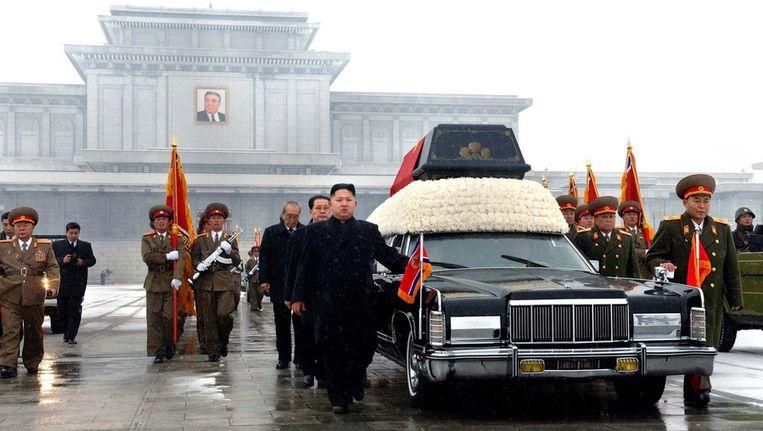 De begrafenis van Kim Jong-il. Voorop links loopt Kim Jong-un. Beeld afp