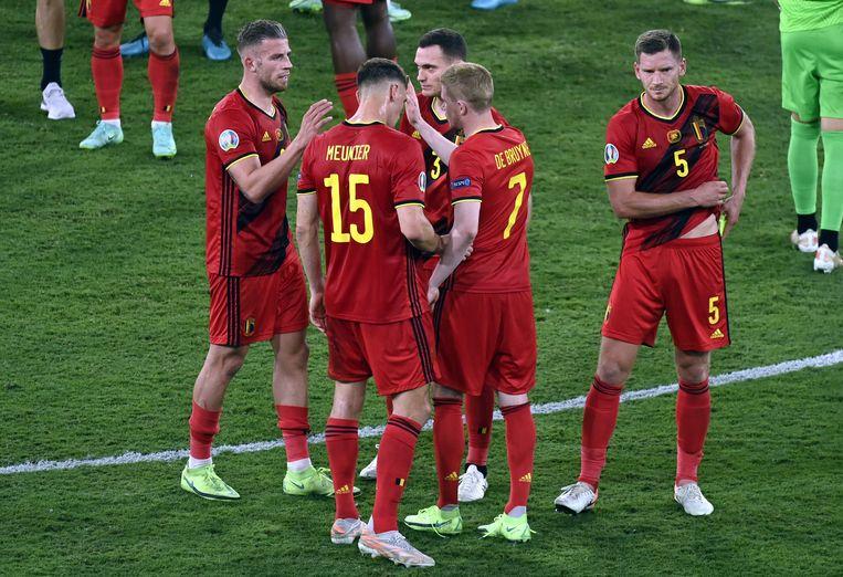 De drie Belgische ex-Ajacieden vieren de winst op Portugal met ploeggenoten Kevin De Bruyne en Thomas Meunier. Beeld BELGA