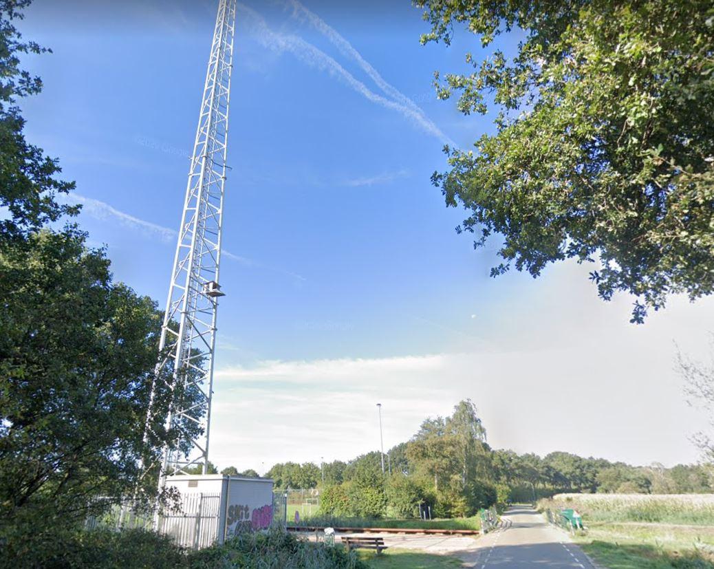 C2000-zendmast in het buitengebied van Moergestel, bij de Reusel (Waterhoefstraat).