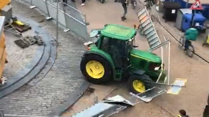 Levensgevaarlijk: tractor ramt hekken en rijdt bijna fietser omver