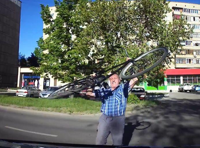 Un cycliste furieux attaque une voiture avec son vélo en Russie.