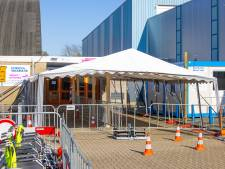 Vaccineren in IJsselhallen Zwolle weer begonnen na scheur in dak: 'Situatie was nooit onveilig'