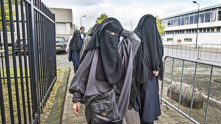 Twee vrouwen bij aanvang van het jihadproces. Beeld Guus Dubbelman