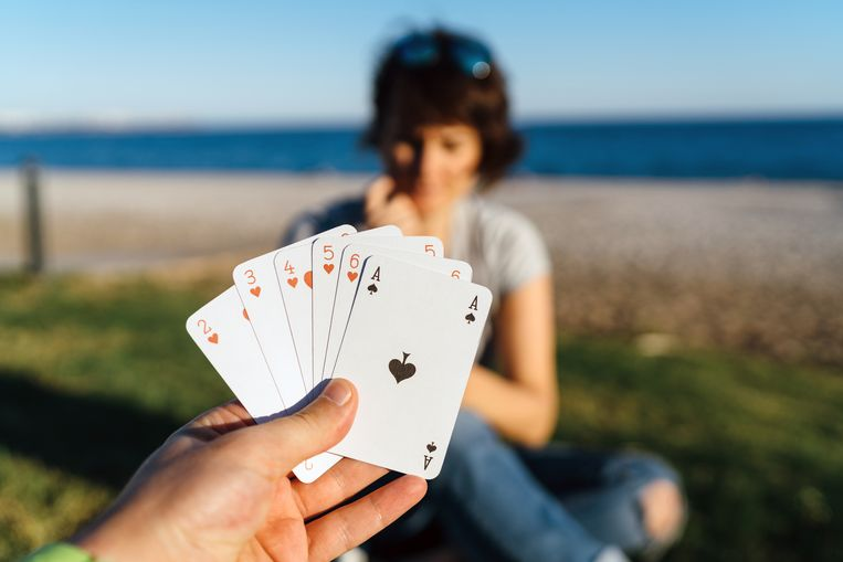 Couple playing card Beeld Getty Images