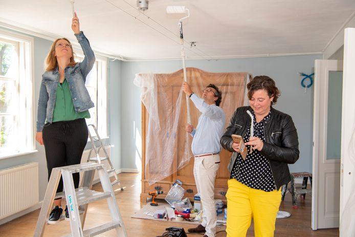 Makelaar Pier Mijnheer in Dedemsvaart gaat verhuizen. Pier Mijnheer schildert met zijn medewerkers Fenna Naber en Korina Bijker (r) het toekomstige kantoor.