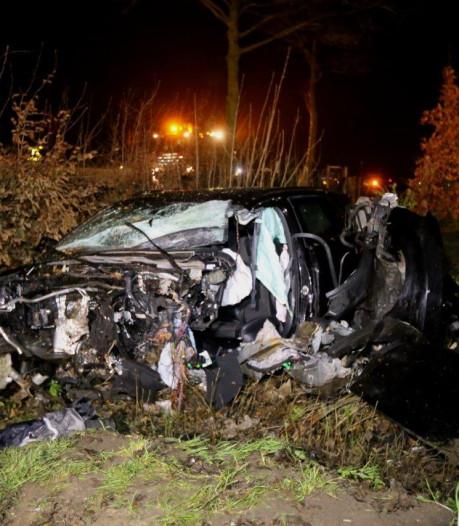 Twee personen gewond door ongeluk in Waardenburg; sloot, tuin en weg liggen bezaaid met brokstukken