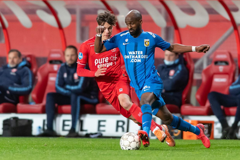 Eli Dasa (blauwe shirt) van Vitesse is Thijs van Leeuwen (FC Twente) te snel af tijdens de wedstrijd tussen de twee teams op 3 april. Beeld Pro Shots / Ron Jonker