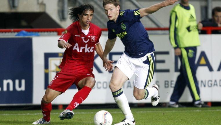 Bryan Ruiz (l) en Jan Vertonghen, hier in duel tijdens de onderlinge ontmoeting tussen FC Twente en Ajax van vorig seizoen, spelen allebei waarschijnlijk niet mee in de wedstrijden van hun clubs tegen respectievelijk NAC Breda en De Graafschap. Beeld