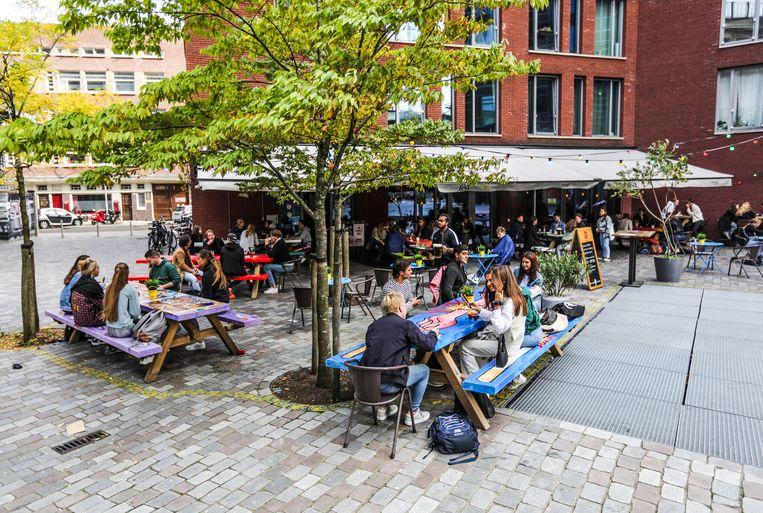 HvA-studenten ontmoeten elkaar op het terras van Café Fest op het Wibautplein. Beeld Eva Plevier