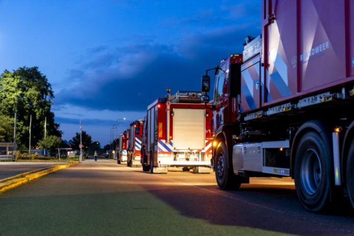 De brandweer onderzoekt hoe het vloeibare glas gekoeld kan worden.