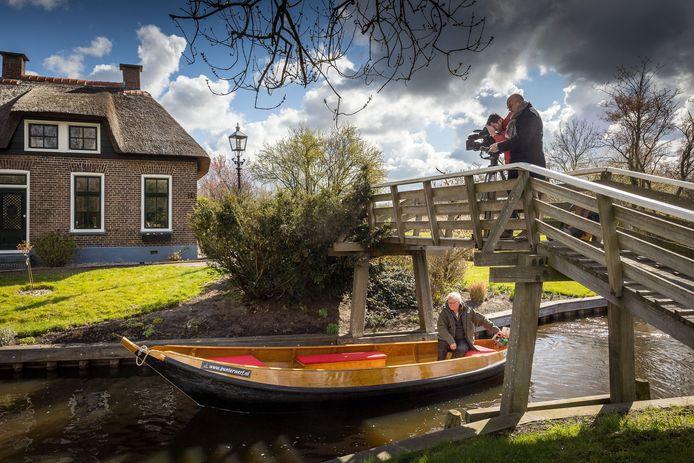 De Franse tv-zender TF1 maakt opnames in Giethoorn en omstreken voor promotie van de Weerribben-Wieden. Het idee is om de regio in Europa op de kaart te zetten nu de Aziatische toeristen nog wel even wegblijven.