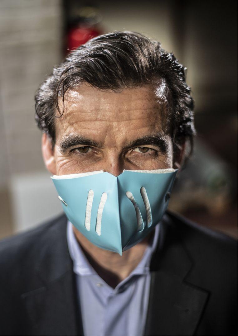 Aristide Melissas met zijn duurzame mondmasker. 'Het is een soort schelp uit kunststof waarin je als filter een stukje keukenpapier steekt.' Beeld