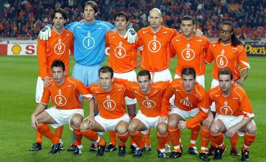 De lichting van 2004, met gebroerderlijk gehurkt op een rij: Johnny Heitinga, Arjen Robben, Wesley Sneijder en Rafael van der Vaart.