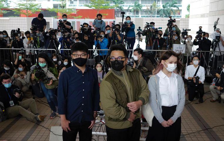 Joshua Wong (links), Ivan Lam en Agnes Chow arriveren bij de rechtbank in Hongkong. Beeld AP