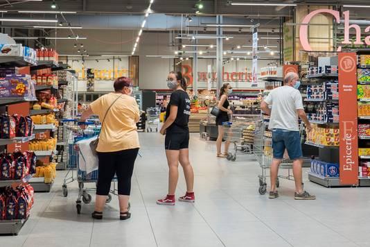 In supermarkten en winkels in veel andere landen, zoals hier in Frankrijk, is het dragen van mondkapjes wel verplicht.