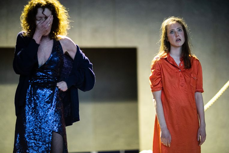 Chris Nietvelt als Klytaimnestra en Ilke Paddenburg als Ifigeneia in Age of Rage.  Beeld Jan Versweyveld