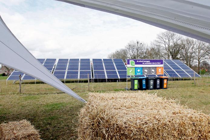 Het lijkt een mooie optie: zonnepanelen op daken van bijvoorbeeld boerenschuren. Toch zijn er nogal wat hobbels te nemen. LochemEnergie gaat er desondanks mee verder.